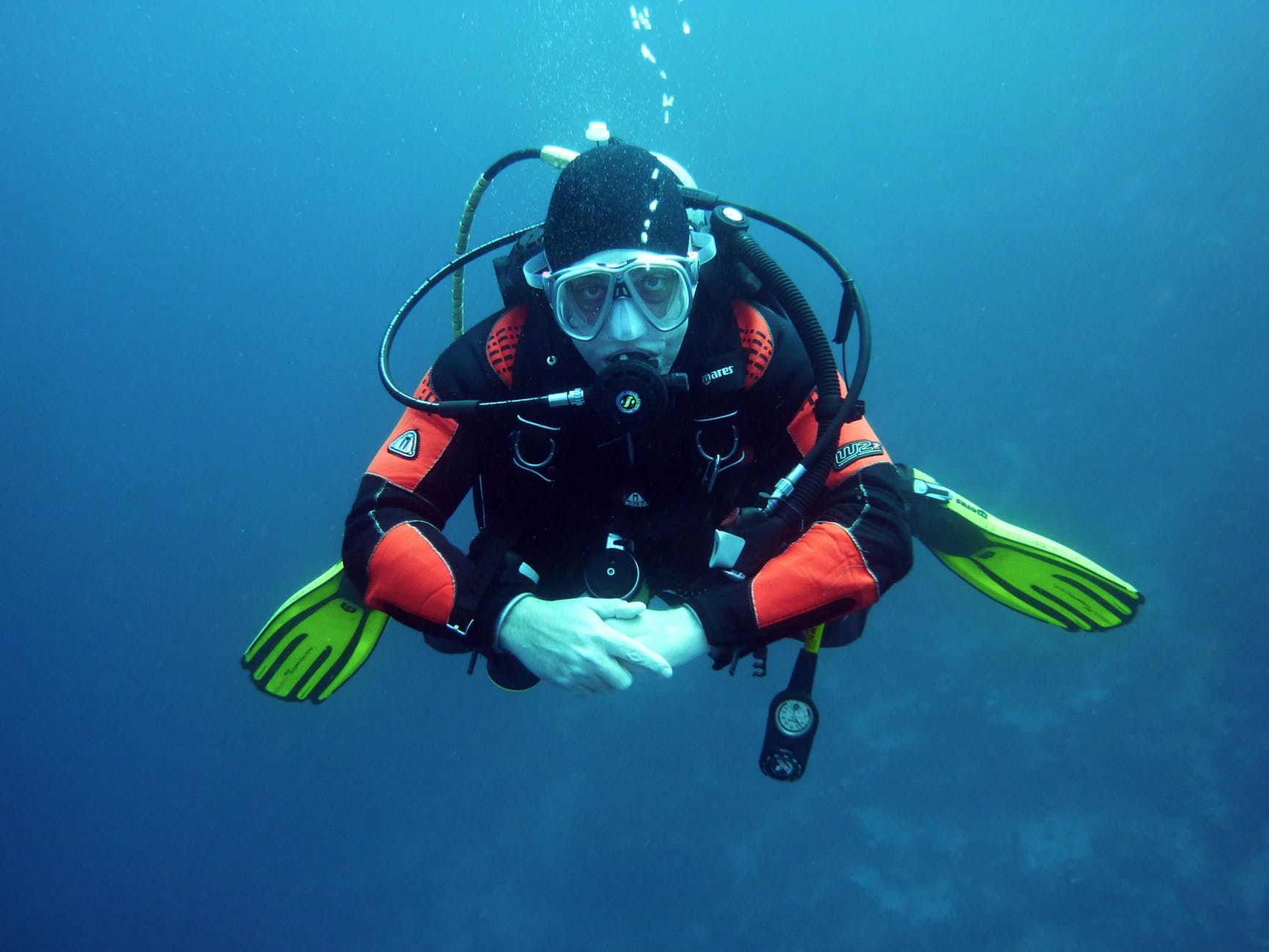 divers scuba divers diving-underwater-37530